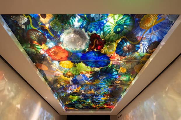 Installation view of Dale Chihuly's Persian Sea Life Ceiling (2003) at the Norton Museum of Art. Image © Nigel Young / Foster + Partners